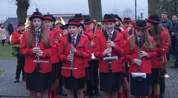 Gminna Orkiestra Dęta z Lanckorony zagrała na Rezurekcji w nowych strojach